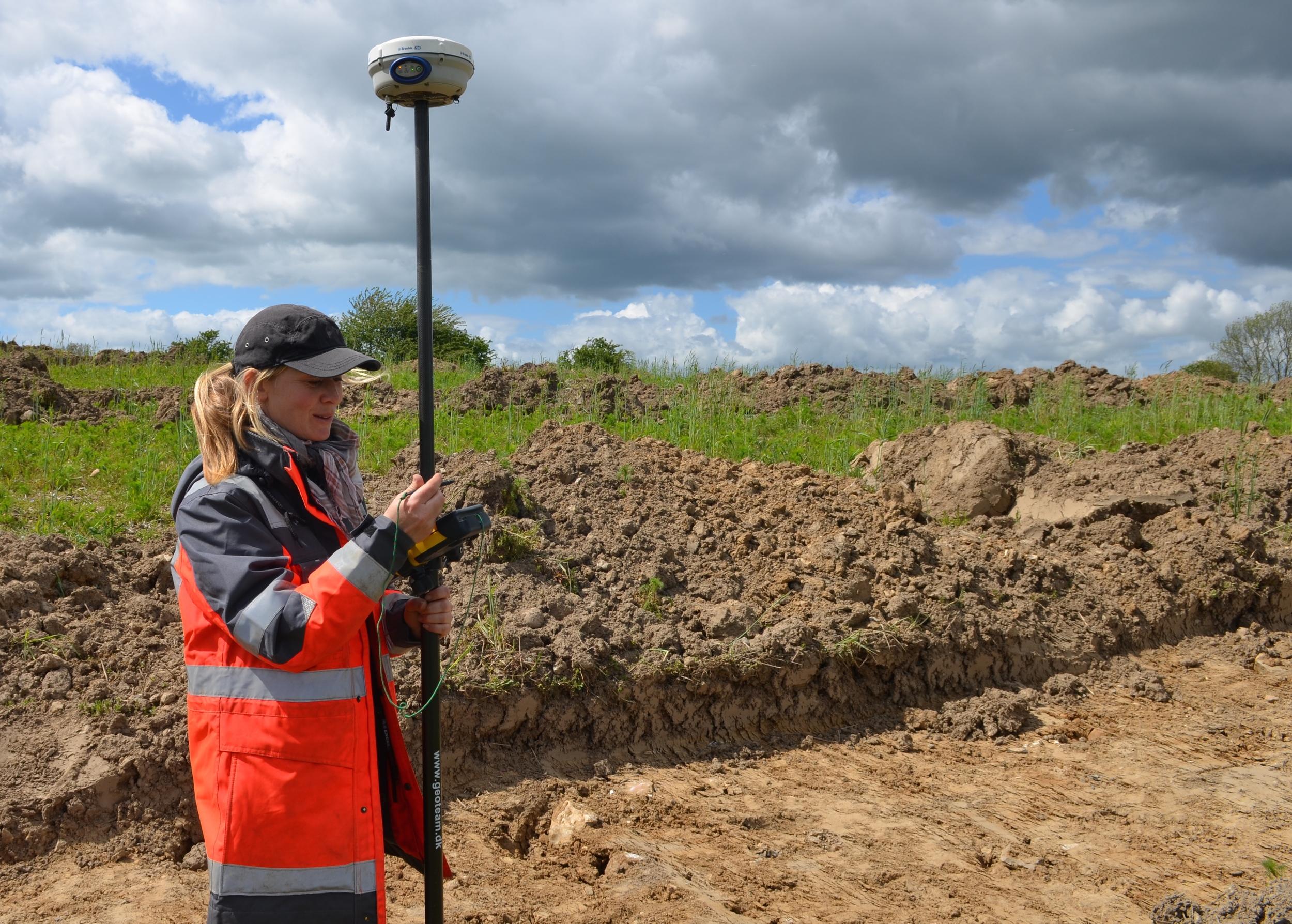"""Arkæolog Louise Lund Johansen: """"Det er overraskende lidt vi har fundet af oldtidslevn. Vi havde forventet, at på de høje bakker ville der være en hel del rester fra fortiden."""" Foto: AOB"""