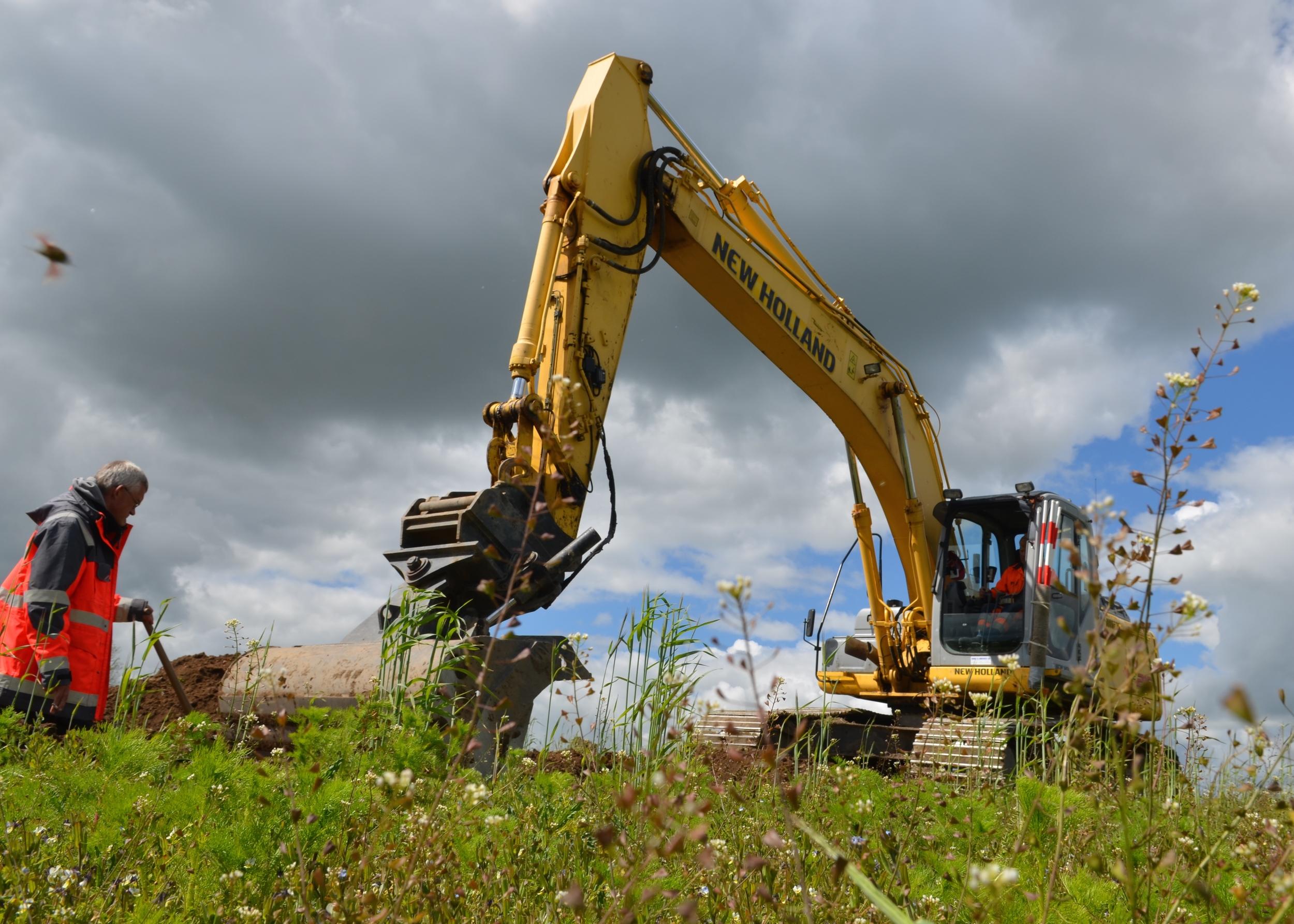 Gravemaskinenkommer rask af sted med en skovl, som er 2meter bred.    Normalt er dybden på renderne25 - 50 cm, men flere steder har man været helt nede i 1,3 meters dybde.  Foto: AOB
