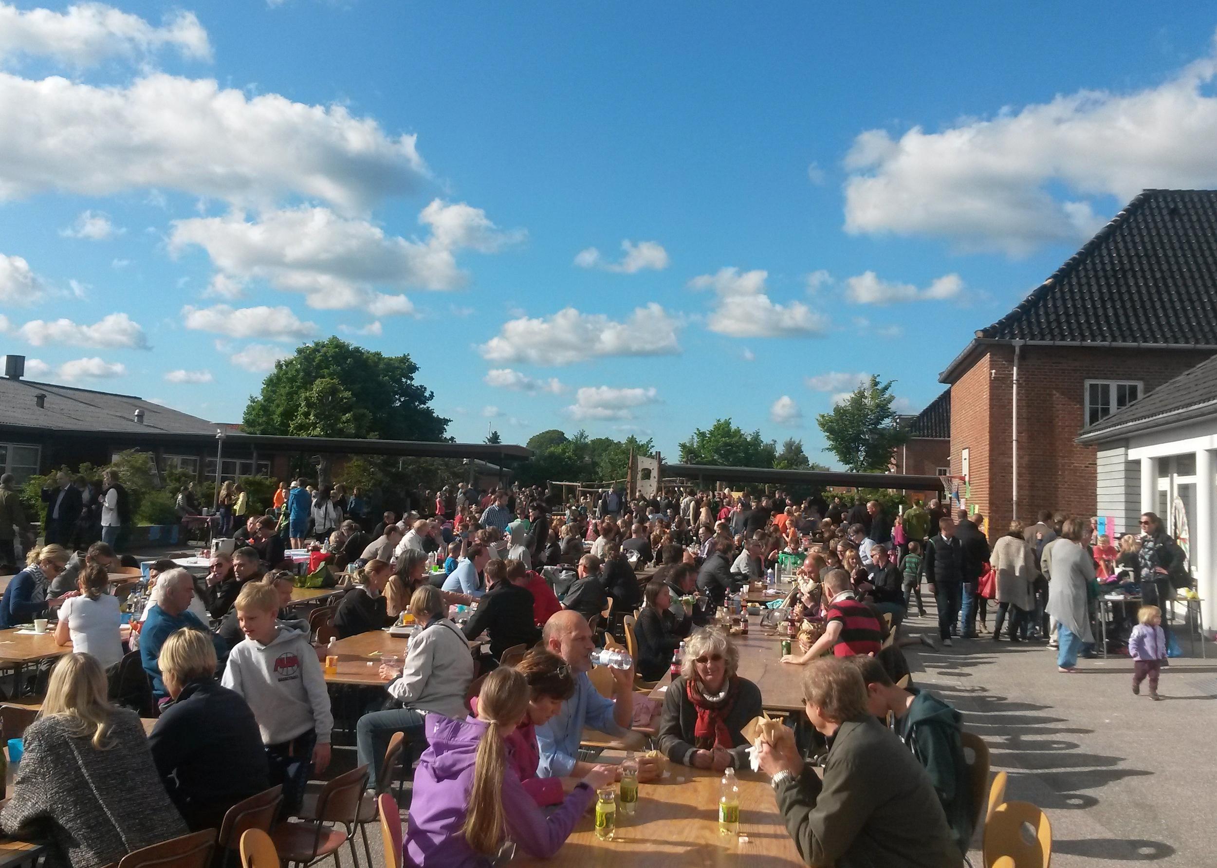Der blev hurtigt trængsel ved alle boderne rundt om i skolegården, og alle fik plads i solen ved de mange borde, hvor der var dækket til 500 personer, men det vurderes, at der i alt var op mod 700 børn og voksne, som fejrede dagen.