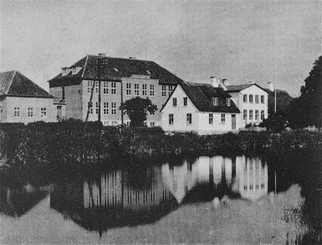 Gadekæret med Blovstrød gamle skole og bagved den nybyggede - 1936