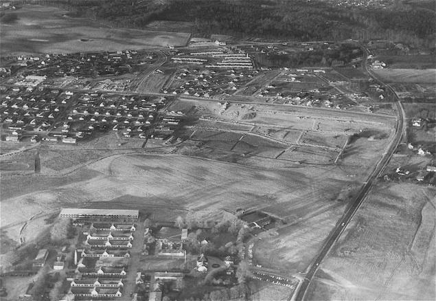 Billedet er fra 1969 og taget mod vest medSandholmgårdvej til højre og Blovstrød Allé i midten. Bemærk, Sandholmlejren i forgrunden.