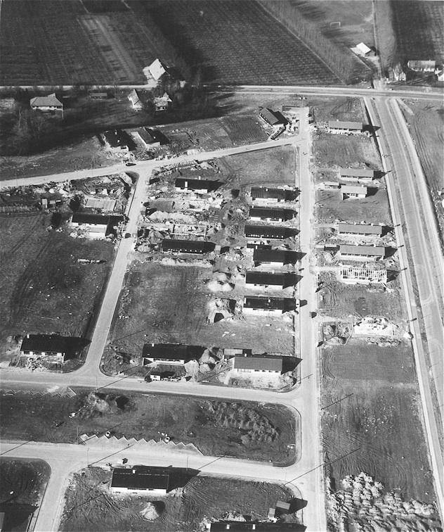 Billedet er fra 1969 og taget mod nord med Blovstrød Allé til højre og Sandholmsgårdsvej øverst i billedet. Bemærk, at kun ca. 30% af grundene er bebygget.