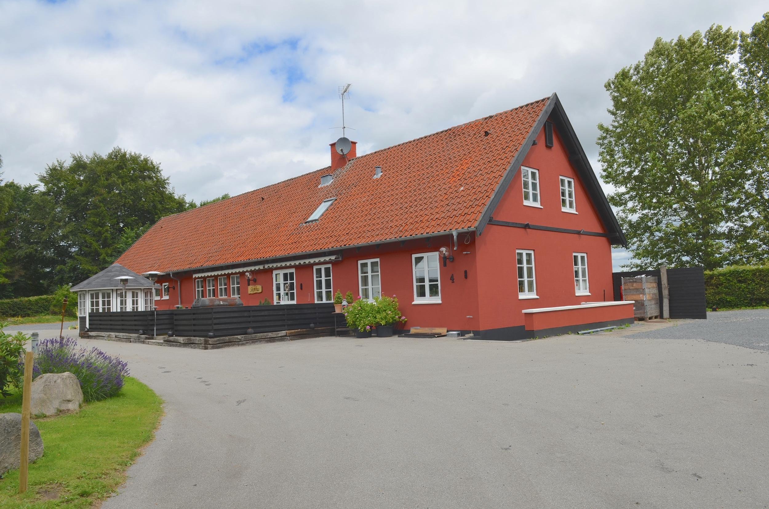 Restaurant Skovhus ligger på Stumpedyssevej 4