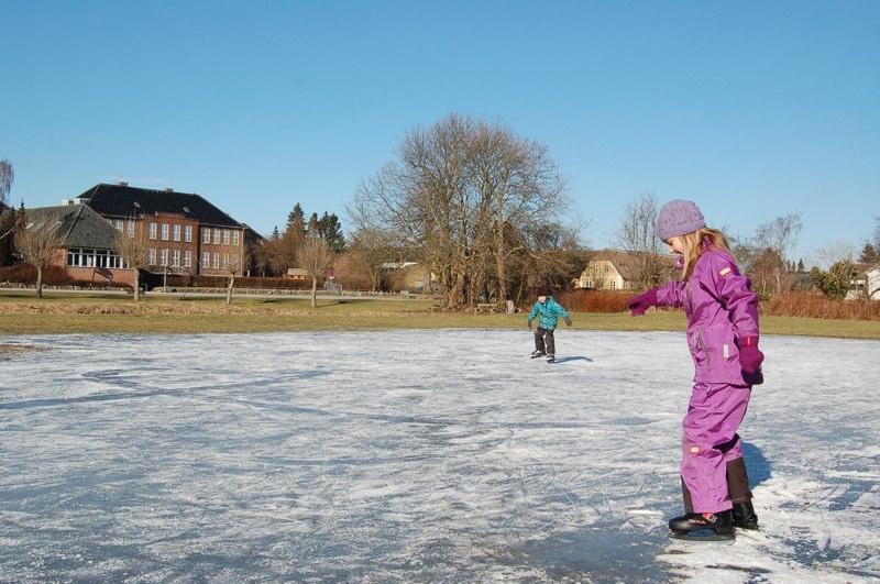 Om vinteren bliver arealet ved siden af gadekæret meget hurtig til en ca. 10 cm bundfrossen lille dam til glæde for børnene, som hurtigt får skøjterne på - længe før andre søer bliver åbnet. Foto: AOB