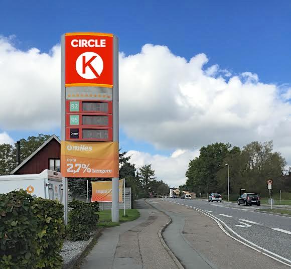 Der skal udarbejdes et nyt logo til benzin-stationerne, men AOB er på forkant og har her et bud på, hvordan det fremtidige logo kommer til at se ud. Manipuleret foto: AOB