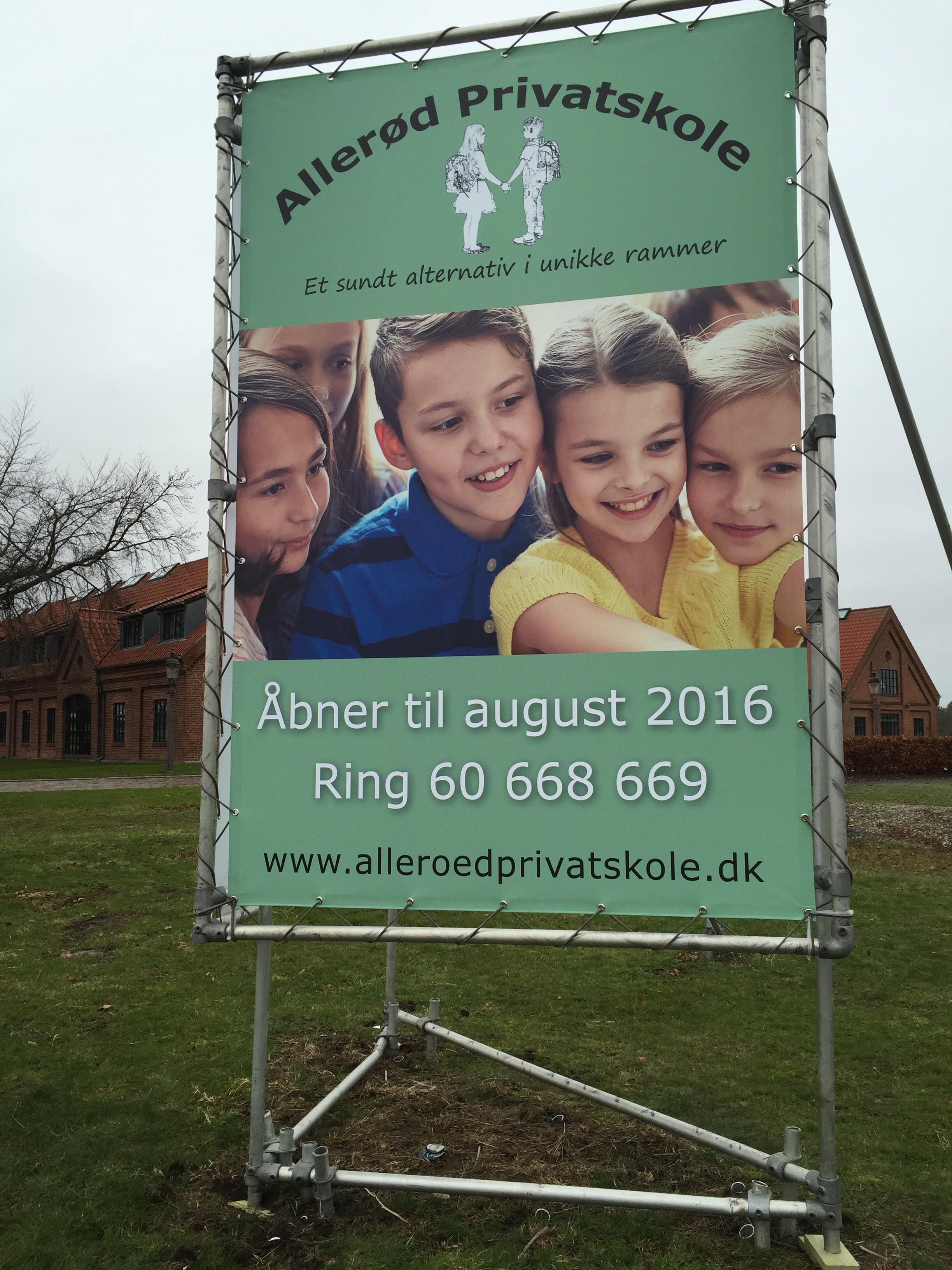 Allerød privatskole har netop opsat to store skilte, som fortæller, at skolen åbner til sommer. Foto: AOB