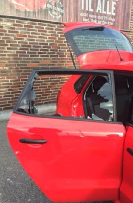 Der var glasskår overalt efter indbruddet i den parkerede bil. Men ingen har tilsyneladende set eller hørt noget. Privatfoto