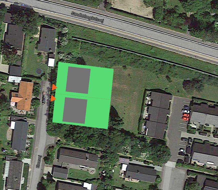 På ovenstående luftfoto har AOB markeret omfanget af de to byggegrunde med byggefelter. Arealerne uden for byggegrundene   er stadig beliggende i landzone og udlagt til rekreative formål.  Som det fremgår bliver adgangen til de to villaer fra Elmevej. Grafik: AOB