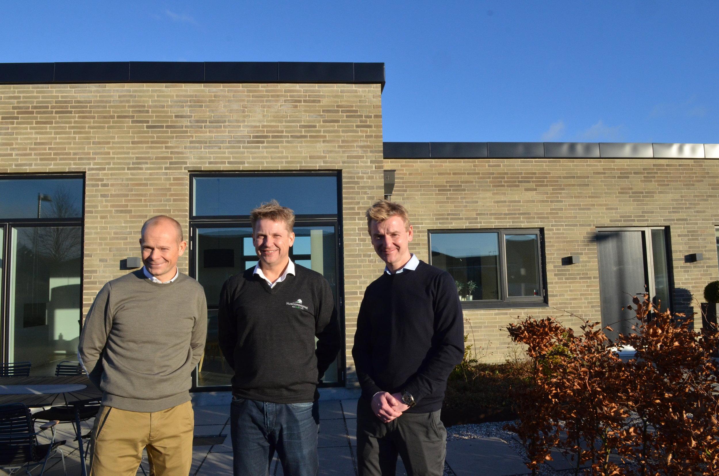 HusCompagniets afdelingsdirektør, Søren Ravn, flankeret af Jonas Berthelsen og Søren Due Hansen fra Land Development  foran et af HusCompagniets huse i Hillerød. Foto: AOB