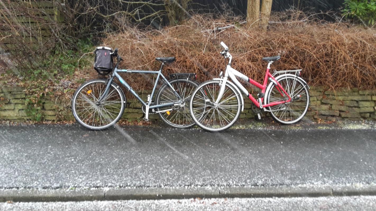Her til formiddag (i snevejret) står der to ulåste cykler på Humlemarken. Er det en af dine cykler? Privatfoto