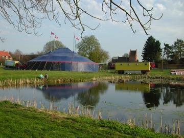 Bl.a. dette foto tog vor fotograf den 3. maj 2001, hvor 'CirkusTeatret'havde rejst det store telt ved gadekæret.