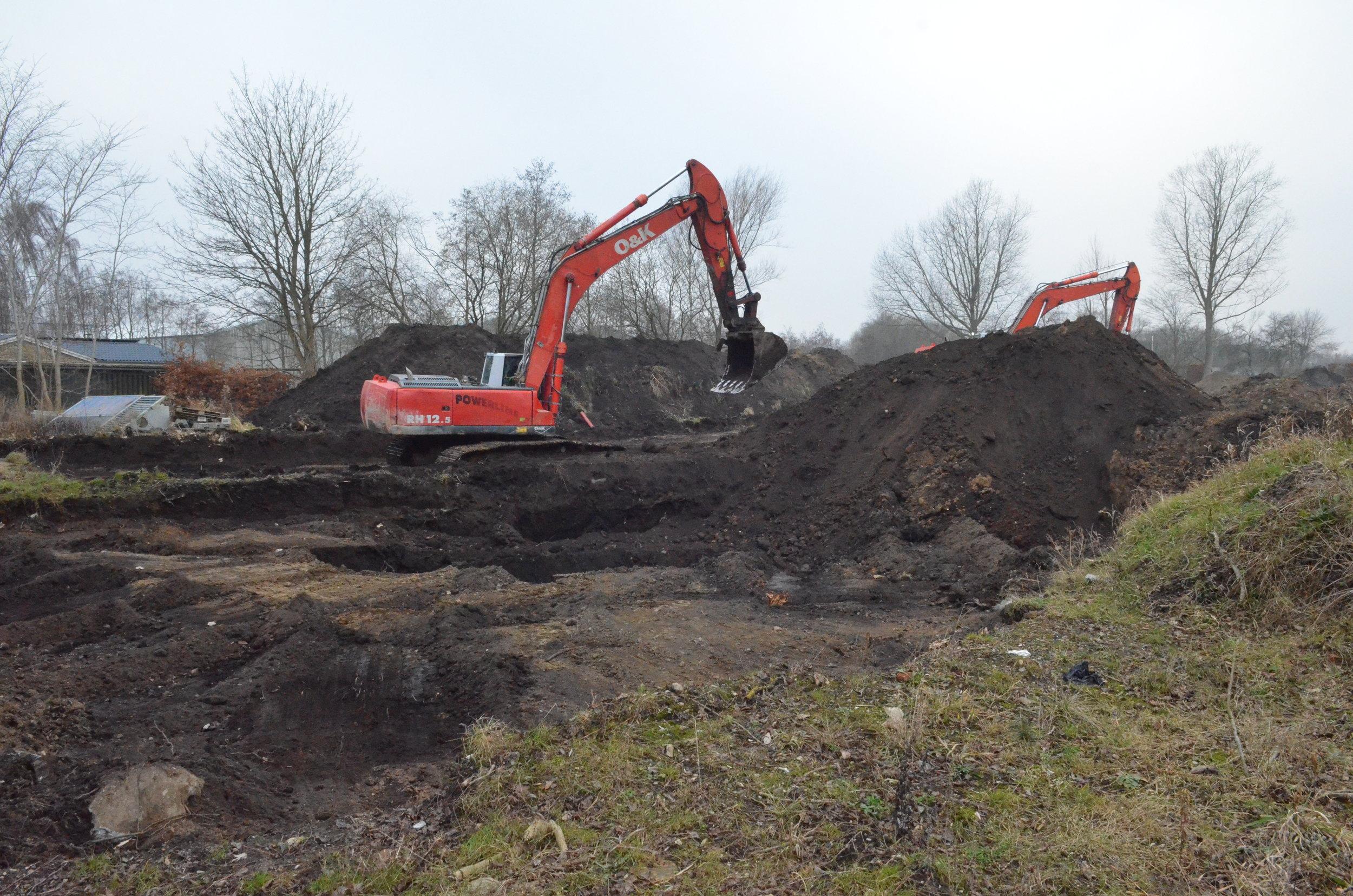 Maskinerne er i fuld gang med at grave ud til den store parkeringskælder. Foto: AOB