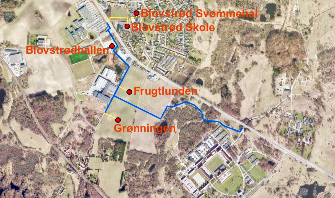 Hovedforsyningsledningen (blå markering) føres fra Ellebækvejen gennem det militære område mod nordvest frem til de to boligområder Frugtlunden og Grønningen og videre til Blovstrødhallen. Her fra fortsætter ledningen under Sortemosevej og med en stikledning (gul markering), der føres under Kongevejen frem til Blovstrød Skole og Blovstrød Svømmehal.