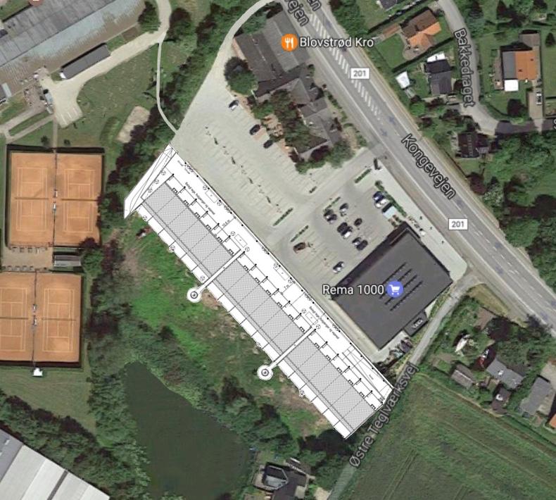 AOB har på ovenstående luftfoto indlagt rækkehus-projektet, hvilket bl.a. viser, at indkørselen til boligerne bliver i den nordvestlige ende.