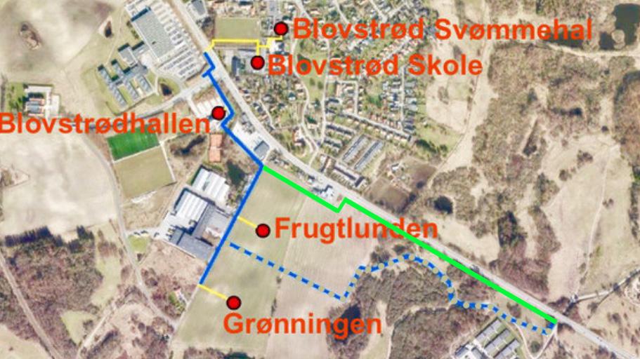 Af ovenstående plan er den af AOB foreslåede løsning markeret med en grøn linie. Hovedforsynings-ledningen skal ligge i et trace langs med Kongevejen, og erstatter den blå punkterede linieføring, der bl.a løb i en snoet linie gennem det militære område, men som forsvaret ikke kunne acceptere. Som det ses: er den grønne linie kortere end den blå punkterede. Forslag: AOB