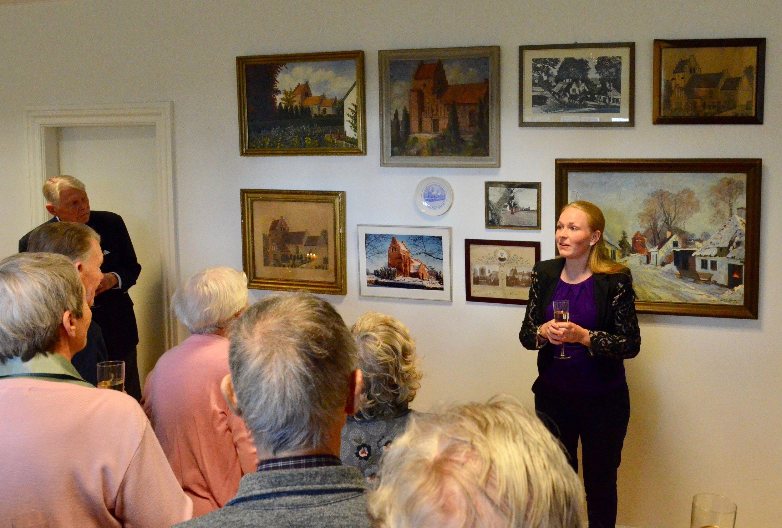 Sognepræst Kristine K. Ravn bød velkommen til præsentationen af de ti billeder, som nu er ophængt i Blovstrød Sognegård.Foto: AOB