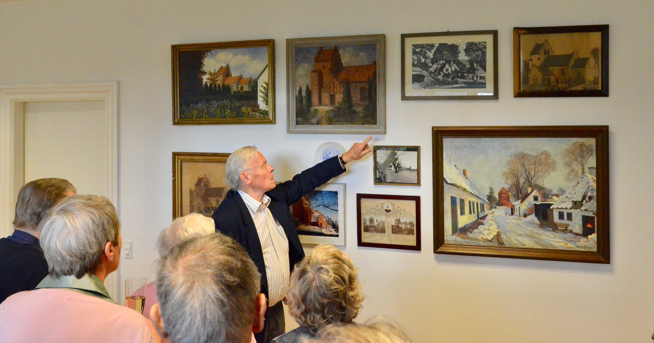 Jørgen Jessen fra menighedsrådet fortalte om historierne bag de enkelte billeder. Foto: AOB