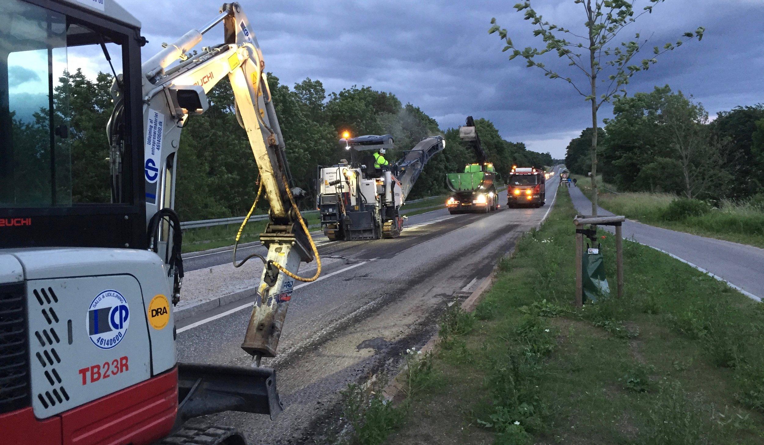 Da klokken slog 20:00 rullede maskinerne - som planlagt - frem på Kongevejen for at gøre klar til at asfaltere kørebanen. Foto:AOB