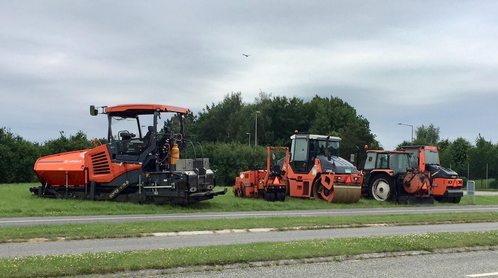 Så er man færdig med asfalteringen på Kongevejen, og maskinparken venter blot på at blive kørt hjem. Foto: AOB