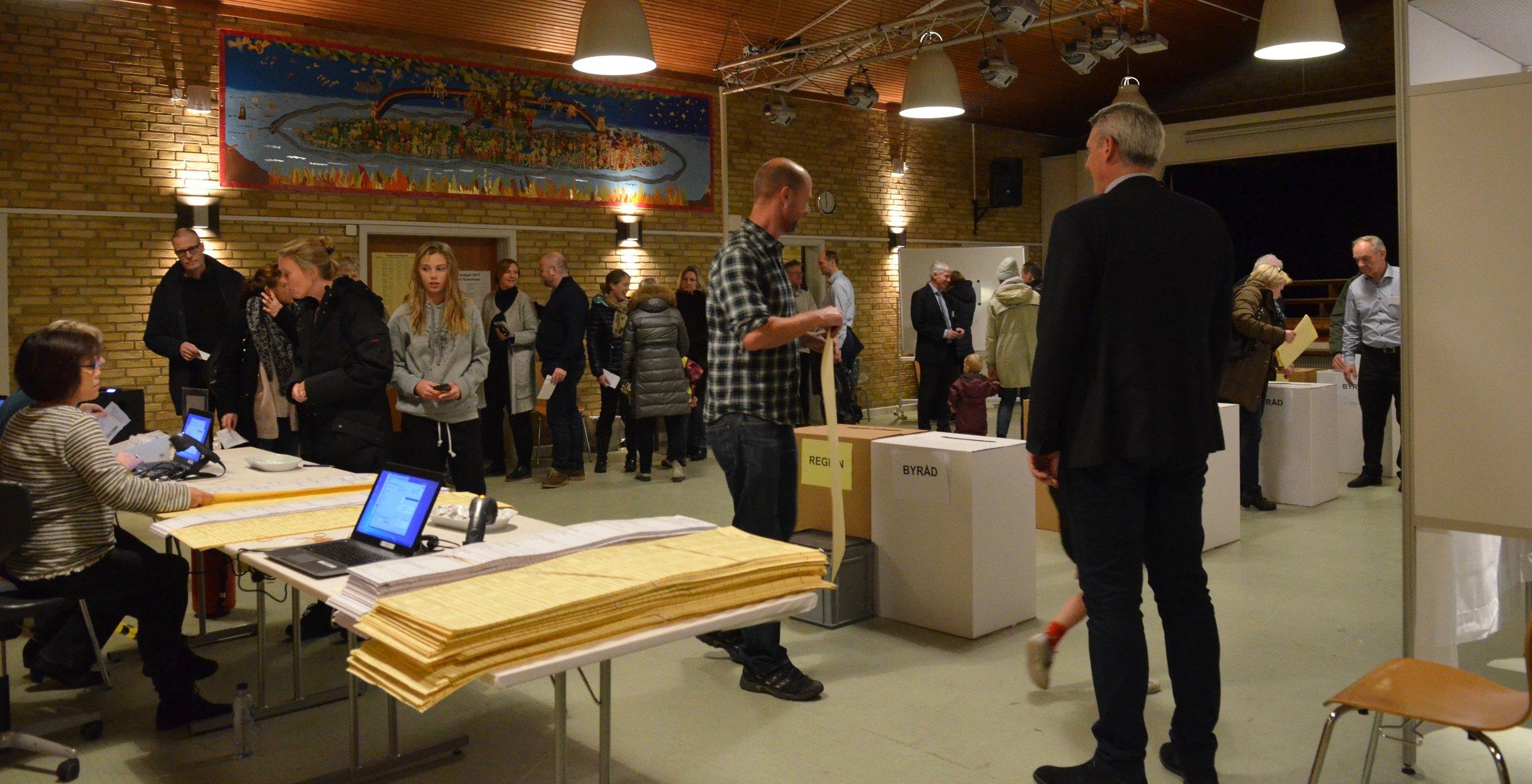 Der var en meget lang kø - ca. 60 personer - af borgere, som omkring kl. 17:30 ville stemme på Blovstrød Skole. Foto: AOB