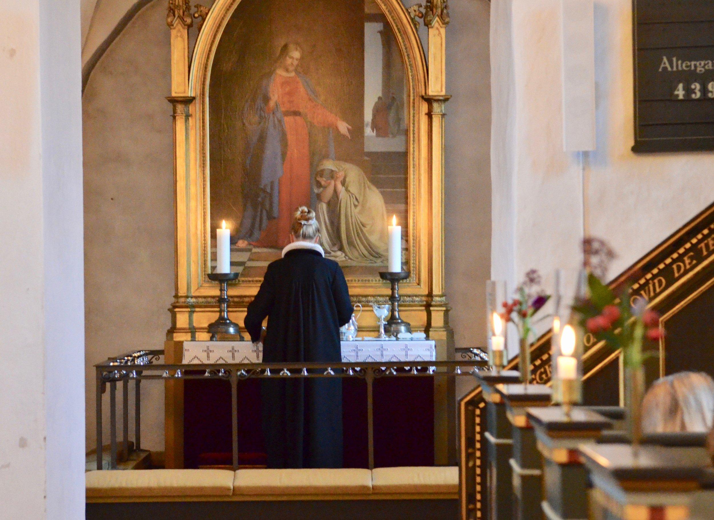 Ved højmessen i Blovstrød Kirke i dag blev den nye smukke alterdug taget i brug. Foto: AOB