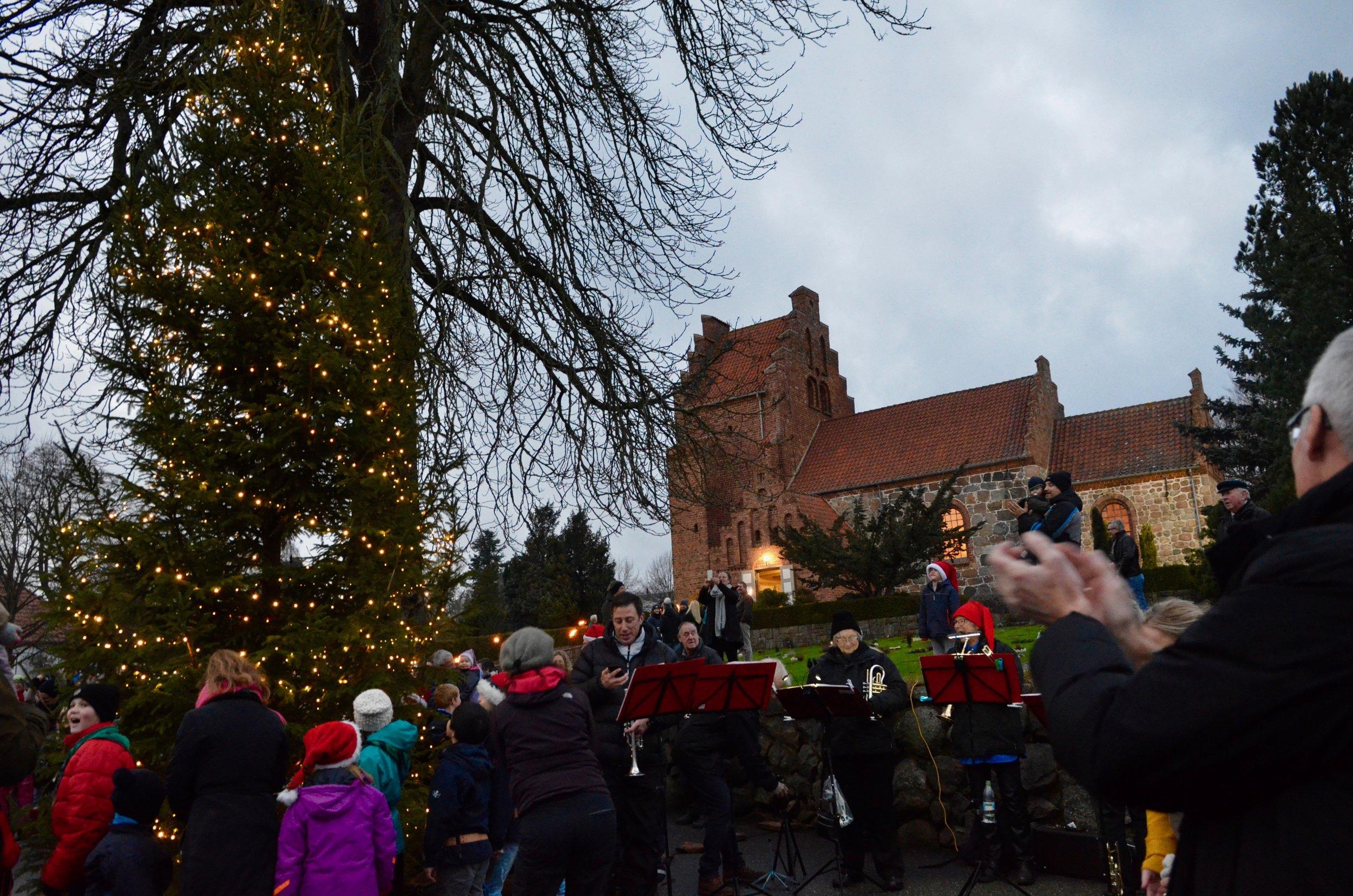 Det var hyggeligt og stemningsfuldt, da juletræet blev tændt foran kirken i går. Foto: AOB