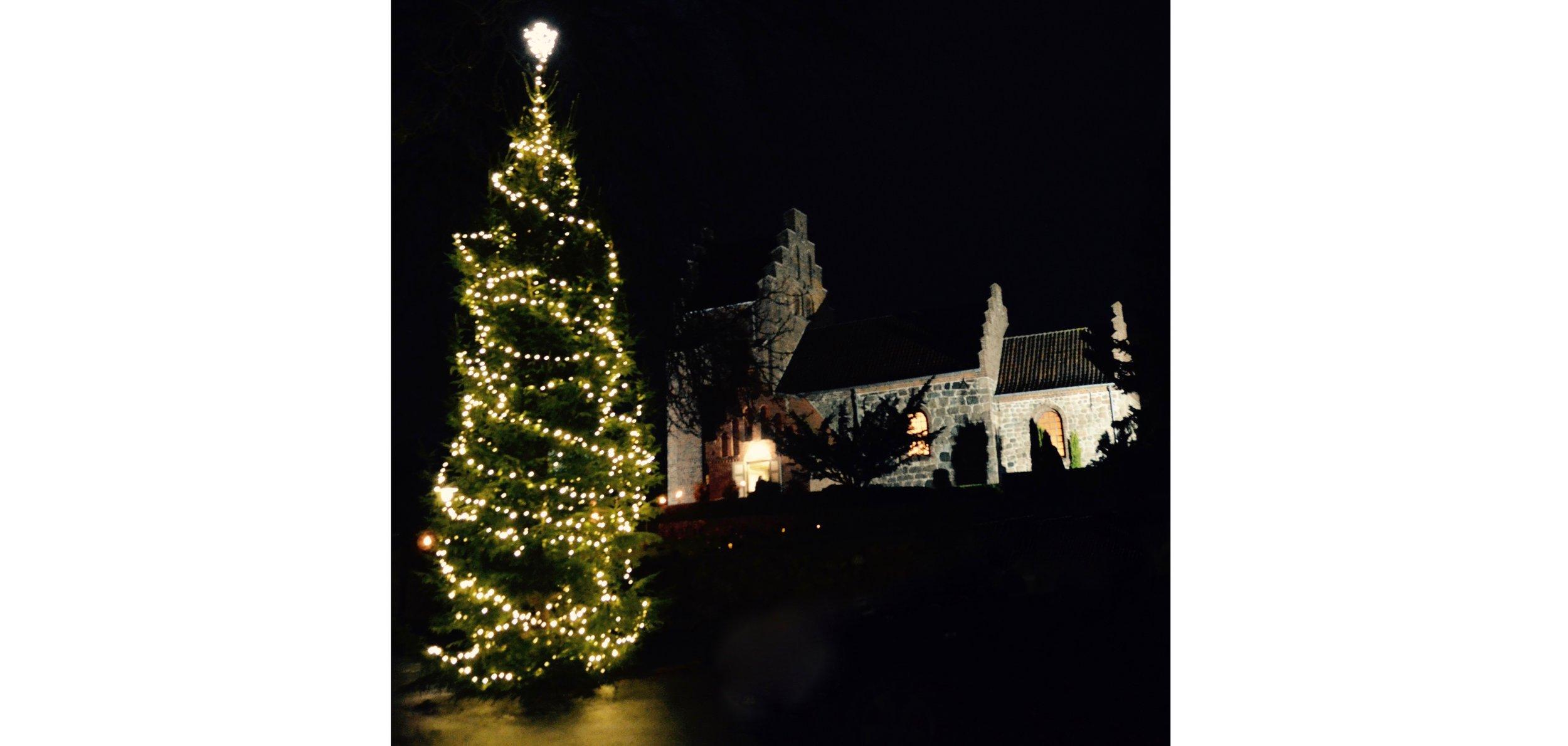 Blovstrød Kirke er nu også belyst. Foto: AOB