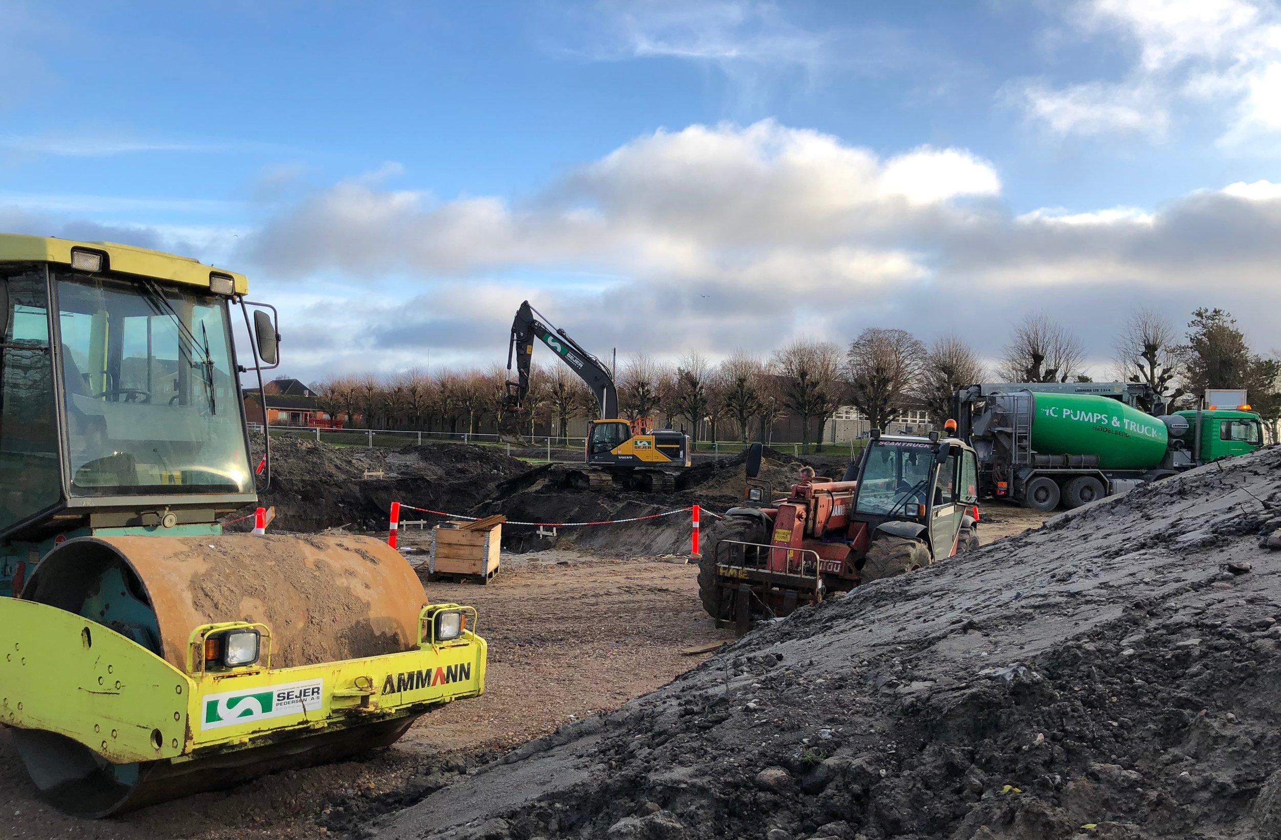 Der graves og støbes på livet løs - for byggeriet skal stå klar i slutningen af i år. Foto: AOB