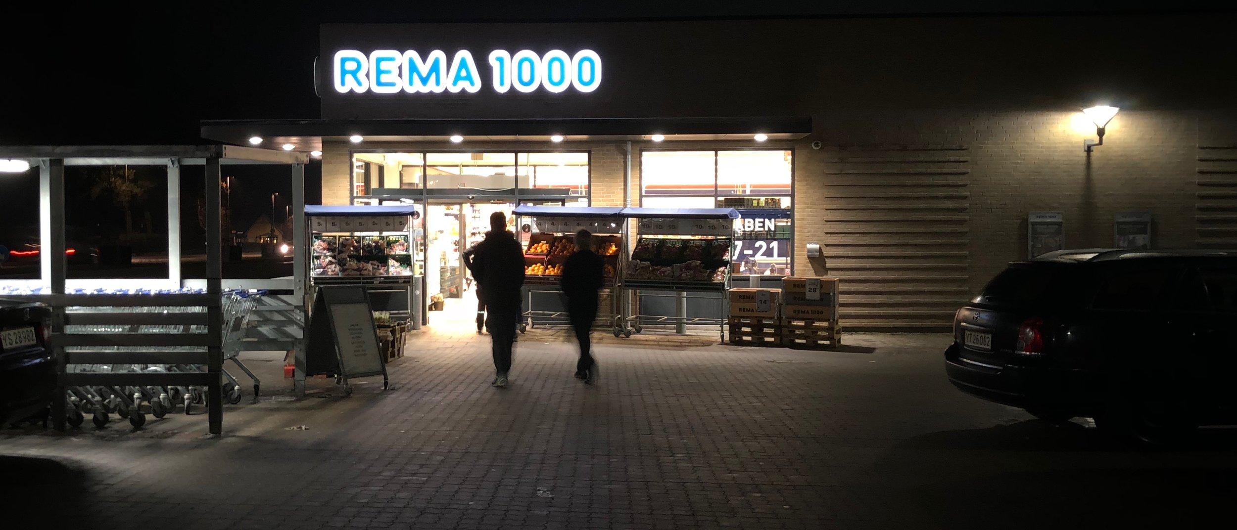 Tre mænd truede i Rema 1000 med en pistol ved røveriet i går.   Politiet har allerede nu nogle gode spor at arbejde ud fra.  Foto:AOB