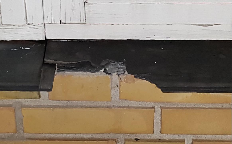 Tyvene er kommet ind i huset   ved at ødelægge en skiffersålbænk under et vinduesparti til stuen med en metalgenstand.   Foto: Bernt Farver