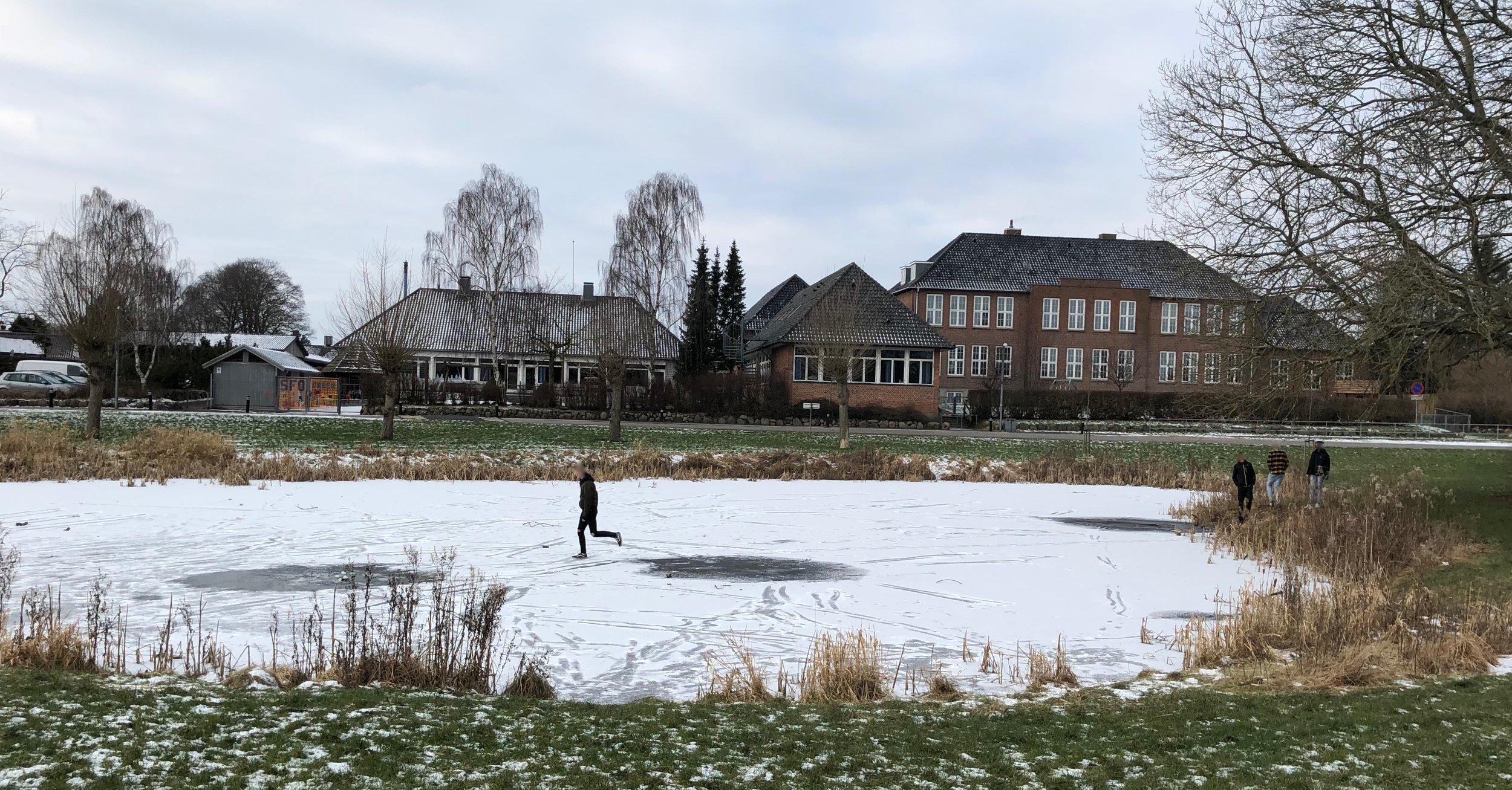Man kan tydeligt se, at mange allerede nu har været ude på isen på gadekæret her i Blovstrød, men det er meget farligt og strafbart! Foto:AOB