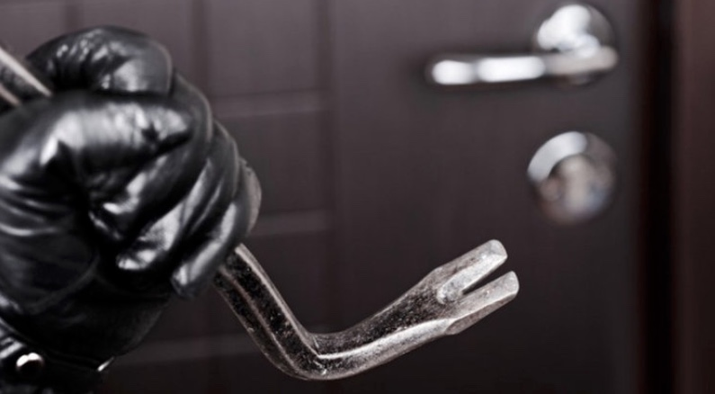 Låsen i hoveddøren er brudt op i den ubeboede nye villa. Temafoto