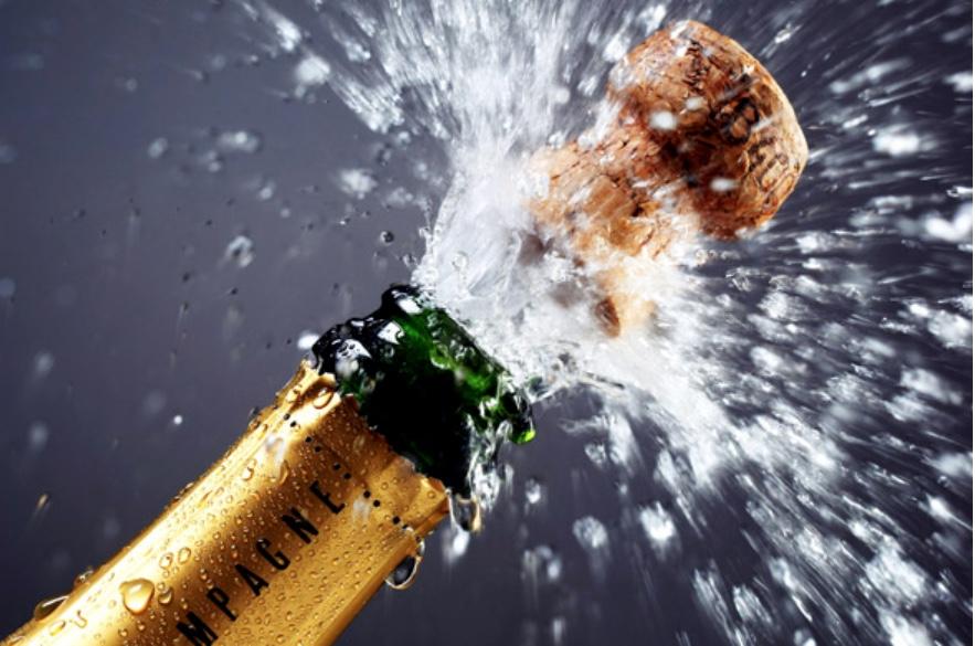 Der er tre flasker champagne på højkant i forbindelse med vores fødselsdagskonkurrence.