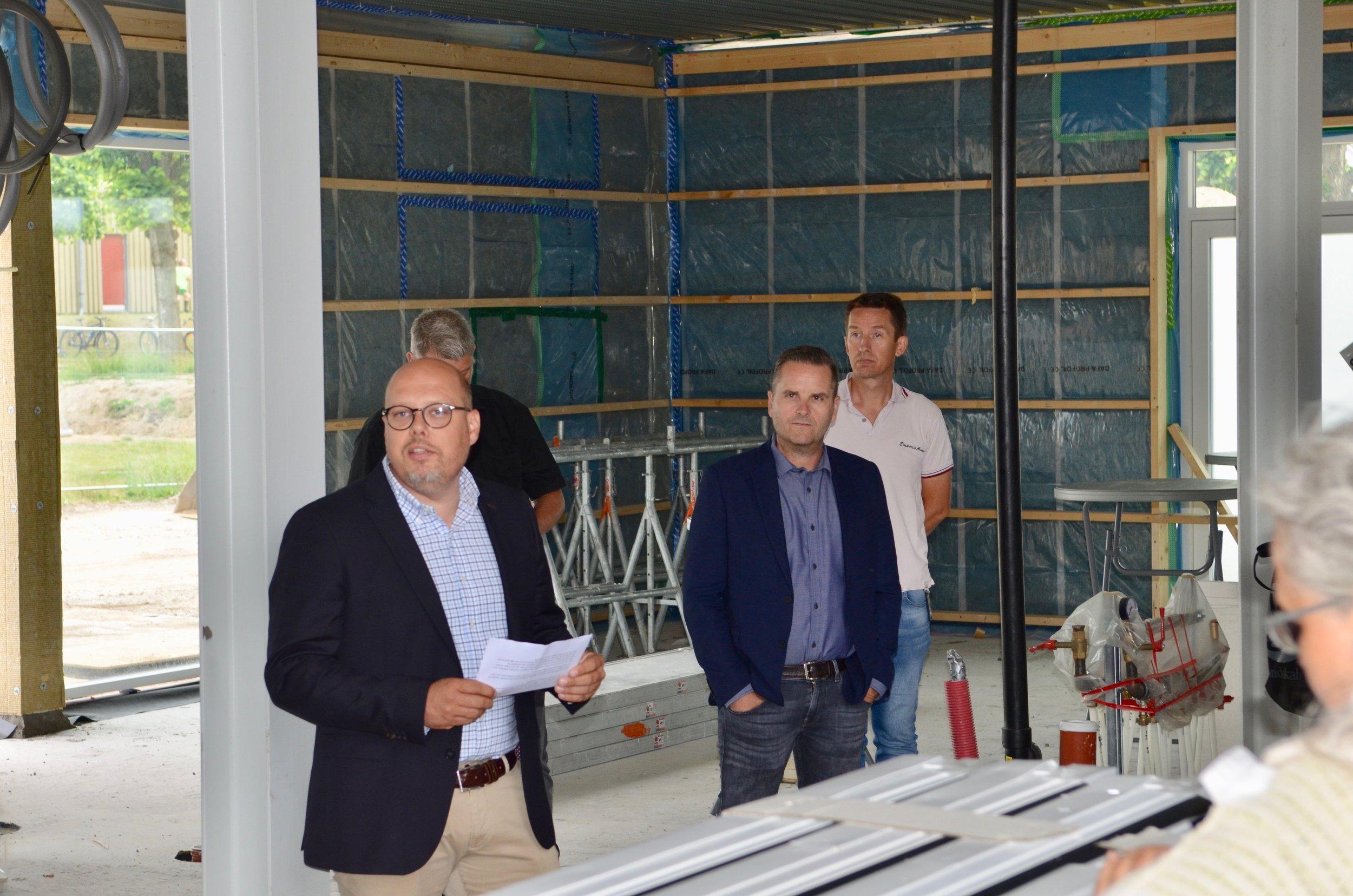 """Produktionsdirektør Rasmus Rømer Lausen: """"Før vi får set os om, er vi nået til årsskiftet, hvor brugerne overtager drømmen om deres nye hus for at få en konkret velfungerende hverdag"""". Foto: AOB"""