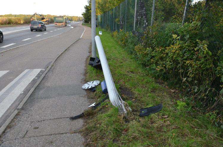 Efter en biljagt kørte de to dømte galt i T-krydset ved Kongevejen og Sortemosevej her i Blovstrød. Flugtbilen kørte ind i hegnet ved Blovstrød Skole og væltede et trafikskilt. Foto: AOB