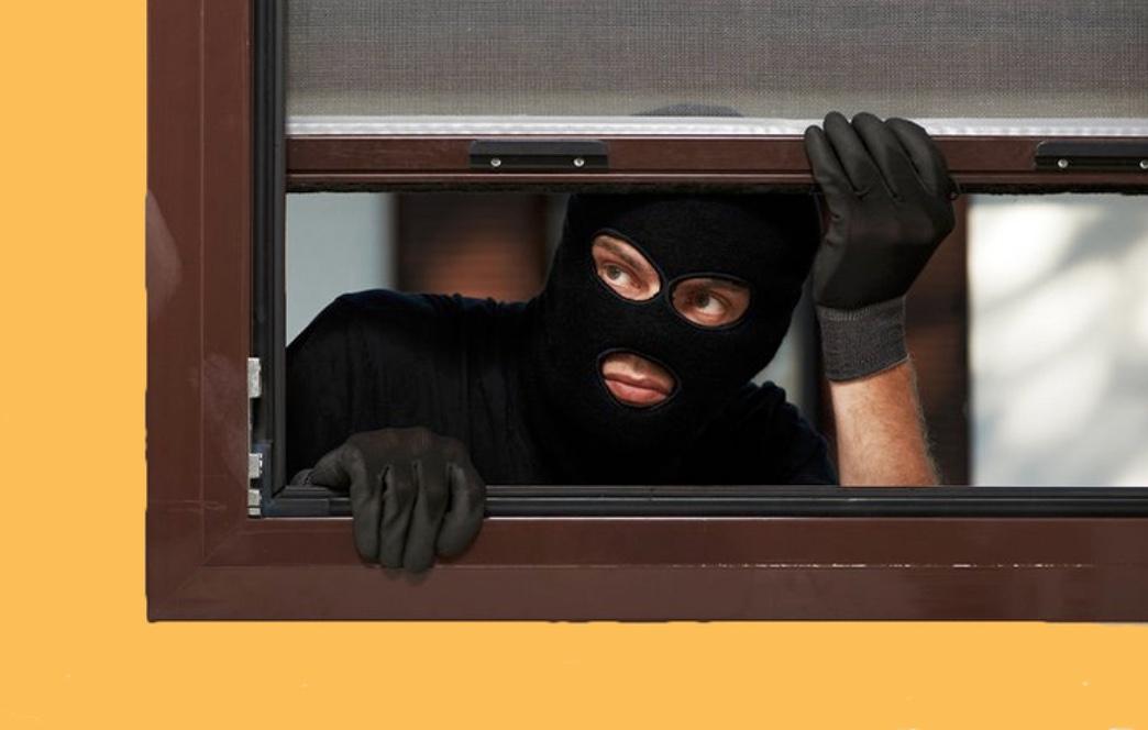 Politiet råder alle til at sikre både døre og vinduer - også selvom man blot er væk i kort tid. Temafoto
