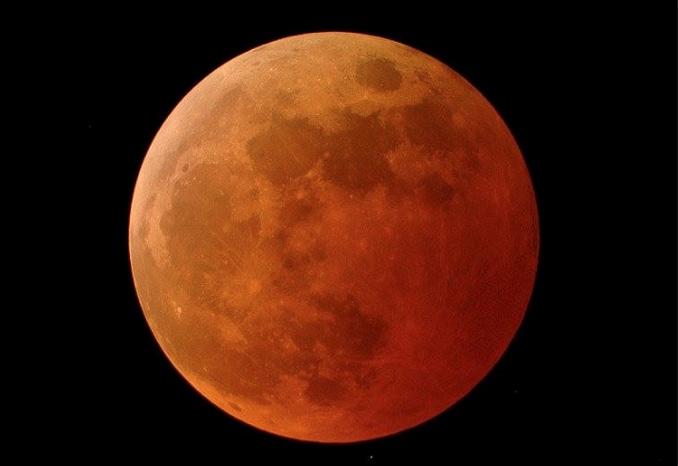 Årets totale måneformørkelse er helt særlig. Det vil nemlig være den længste, vi har haft i det 21. århundrede. Den totale formørkelse vil vare 1 time og 43 minutter.