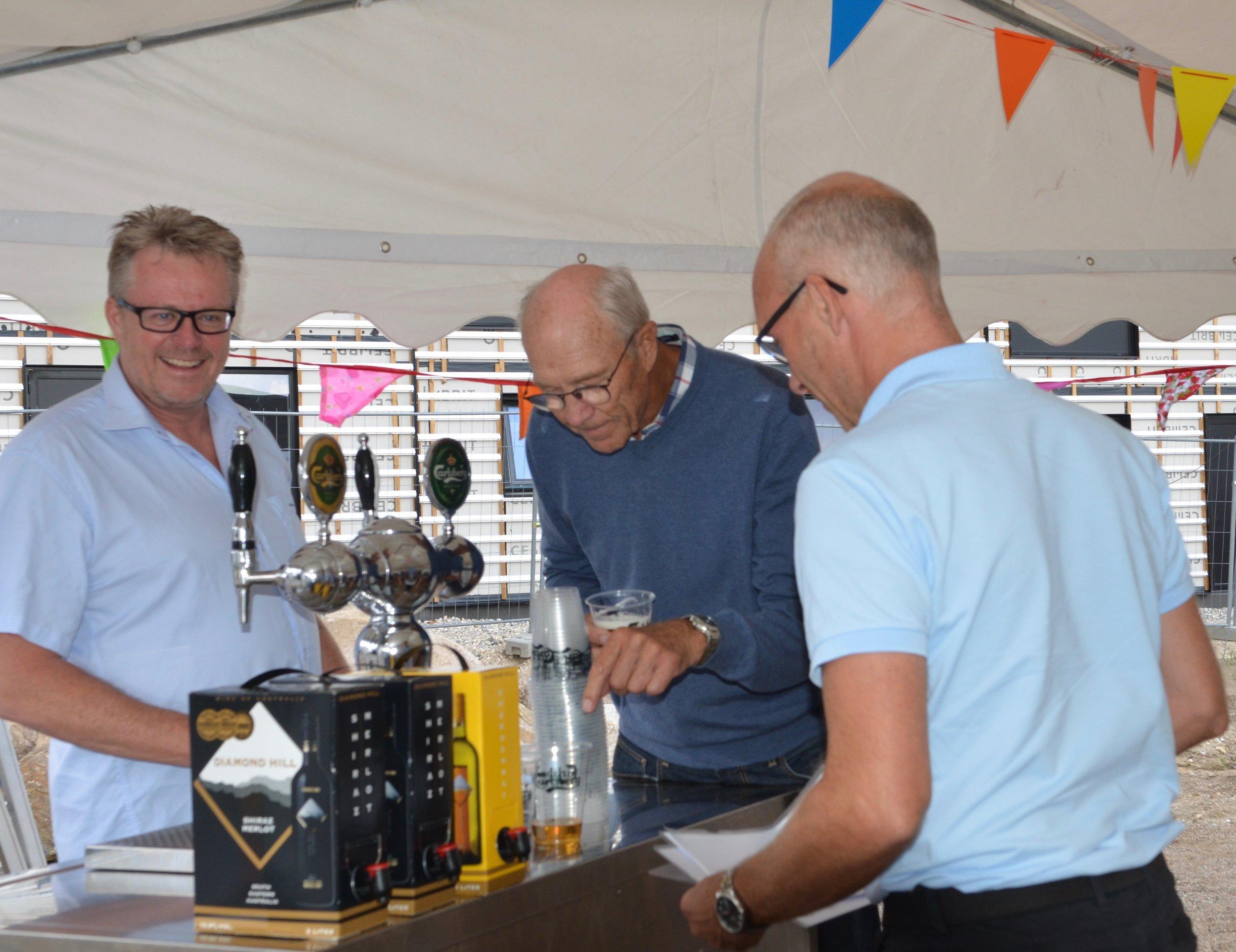 Øl og vin bliver testet -resultatet var positivt.Foto: AOB