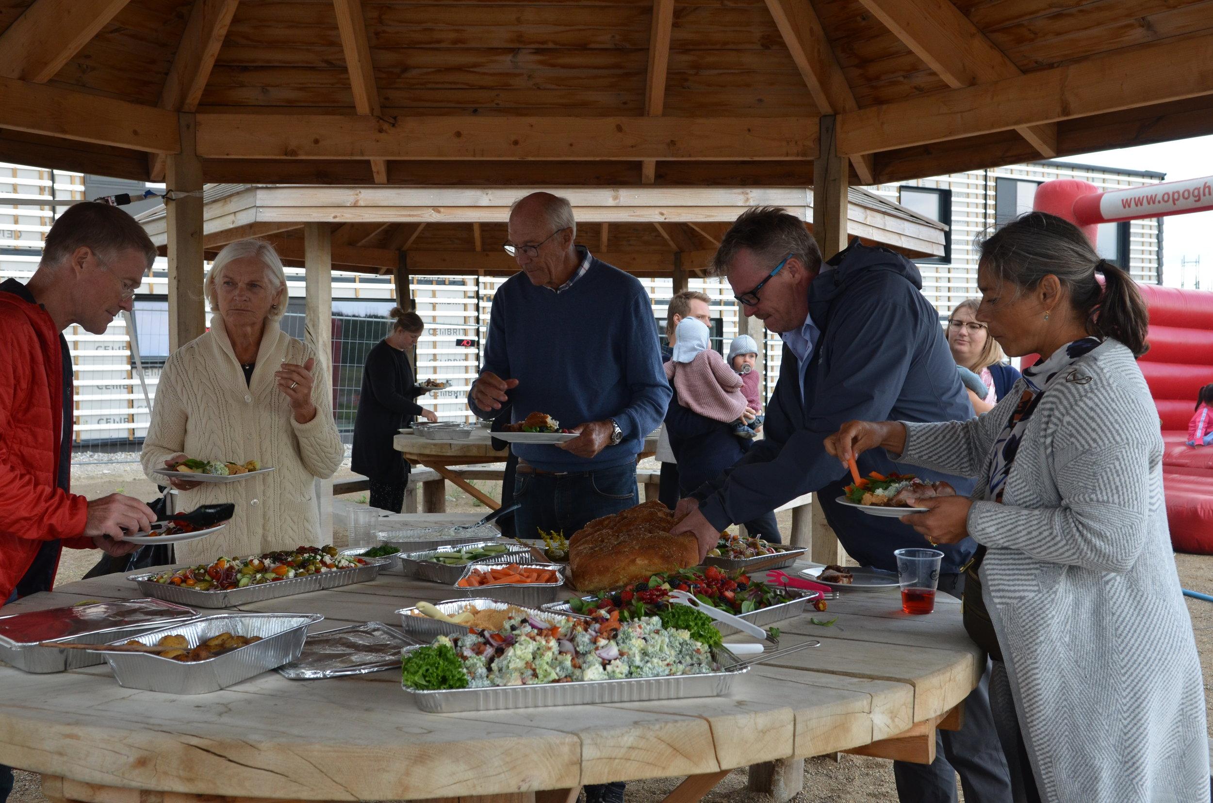 Der var rigeligt med mad til alle. Foto:AOB