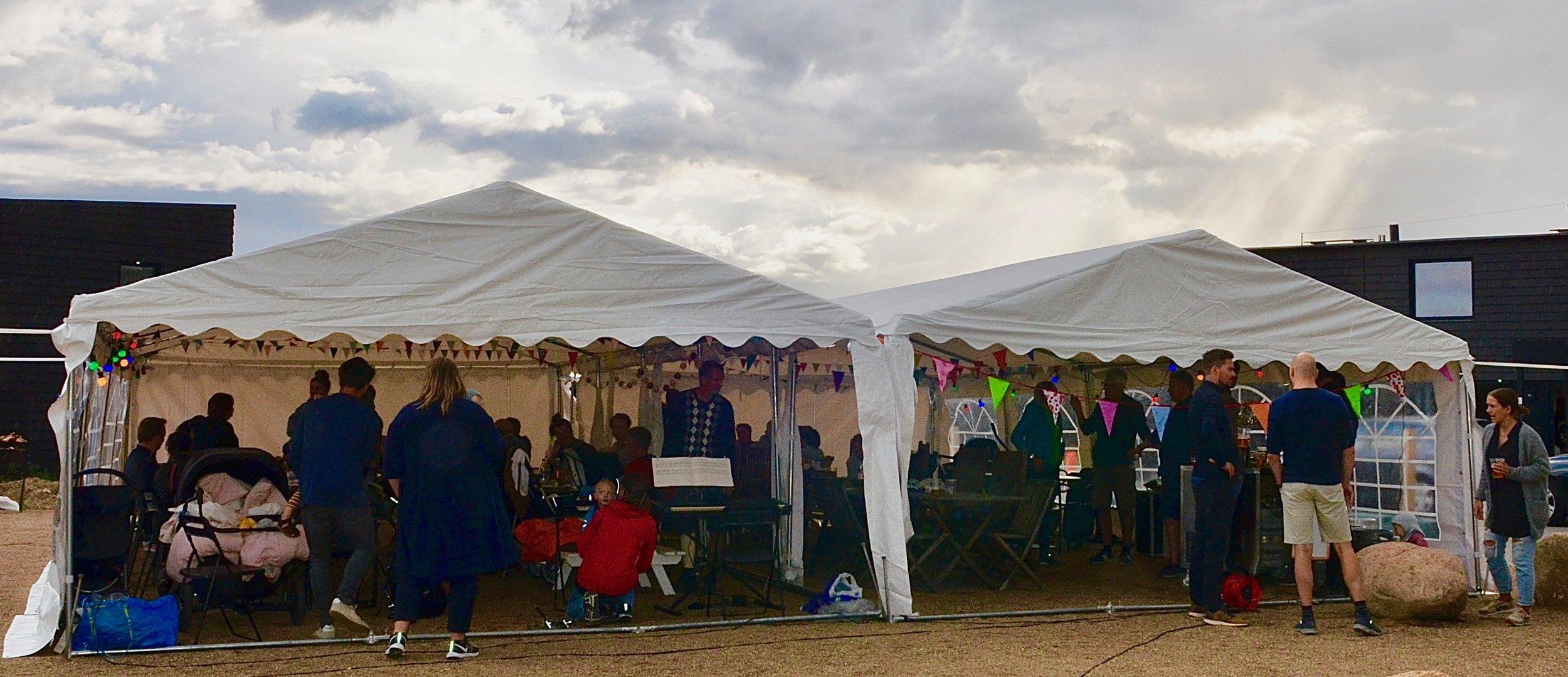 Arrangørerne havde fået opstillet et stort dobbelt telt, hvilket viste sig at være en god disponering, idet det på et tidspunkt begyndte at regne. Foto: AOB