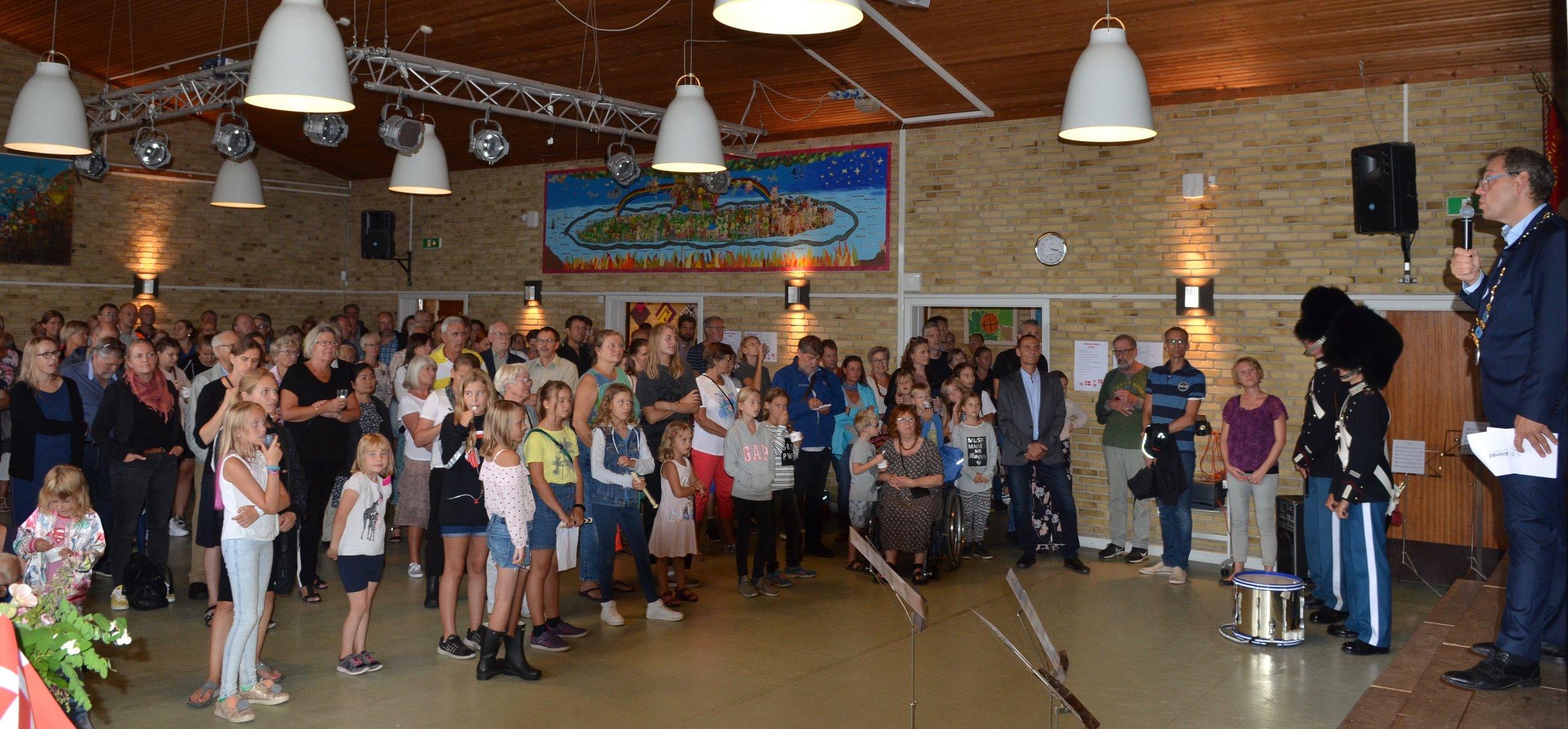 Blandt andet holdt borgmester Karsten Längerich tale. Han kunne fortælle, at den nye skole, som blev åbnet for 80 år siden, havde kostet 172.000 kroner. Foto:AOB
