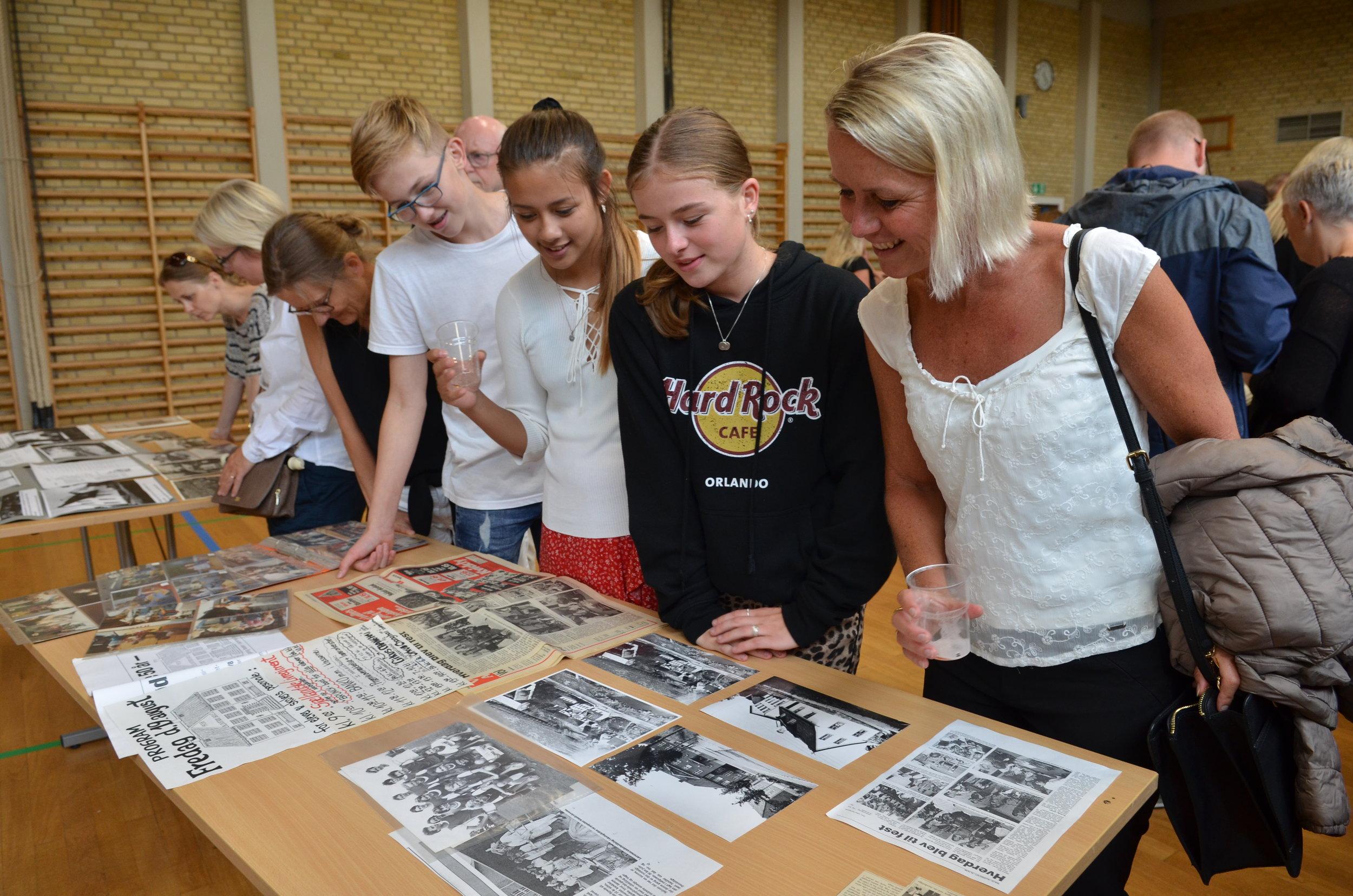 Skolen havde åbnet arkivet for bl.a.fotos fra selve skolen og omegn samt avisartikler om den i sin tid lukningstruede skole. Foto: AOB