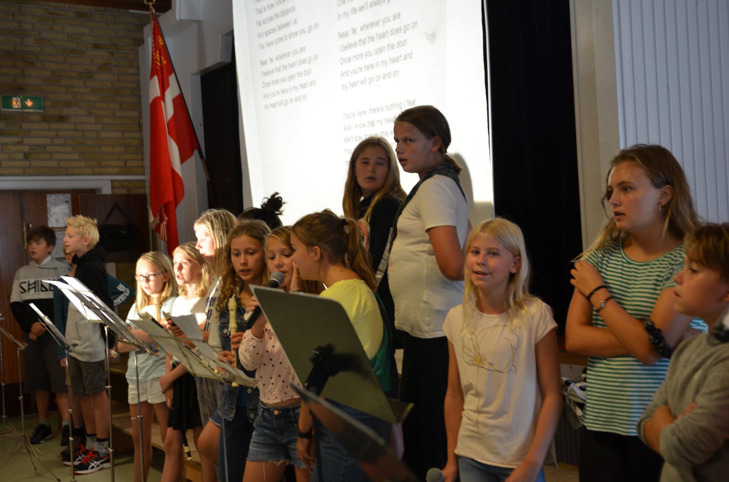"""Teksten til """"My heart will go on"""" var vist på storskærm, så alle gæsterne til sidst kunne synge med. Foto: AOB"""
