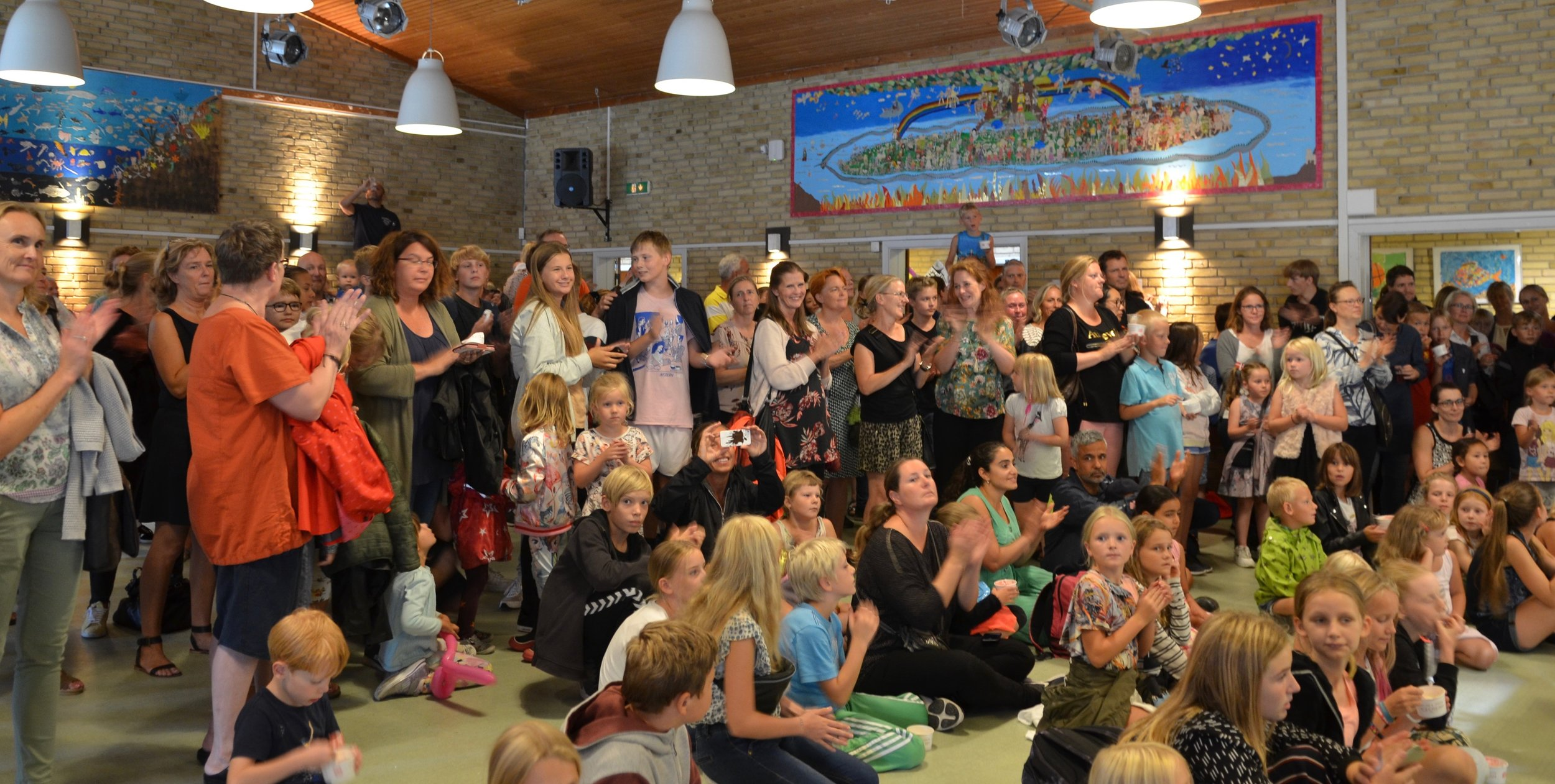 Der blev klappet i takt da alle sang med påfødselsdagssangen 'Happy Birthday'. Foto: AOB