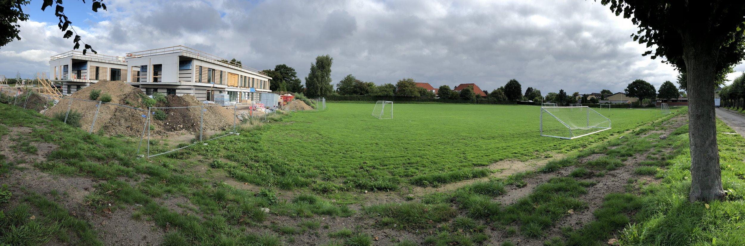 Til venstre ses det ny Børnehus 1, som er under opførelse og åbner den 1. januar 2019, og i baggrunden ses bl.a. den gamle børneinstitution 'Brumbassen', som nedlægges for at give plads til Børnehus 2. Foto:AOB