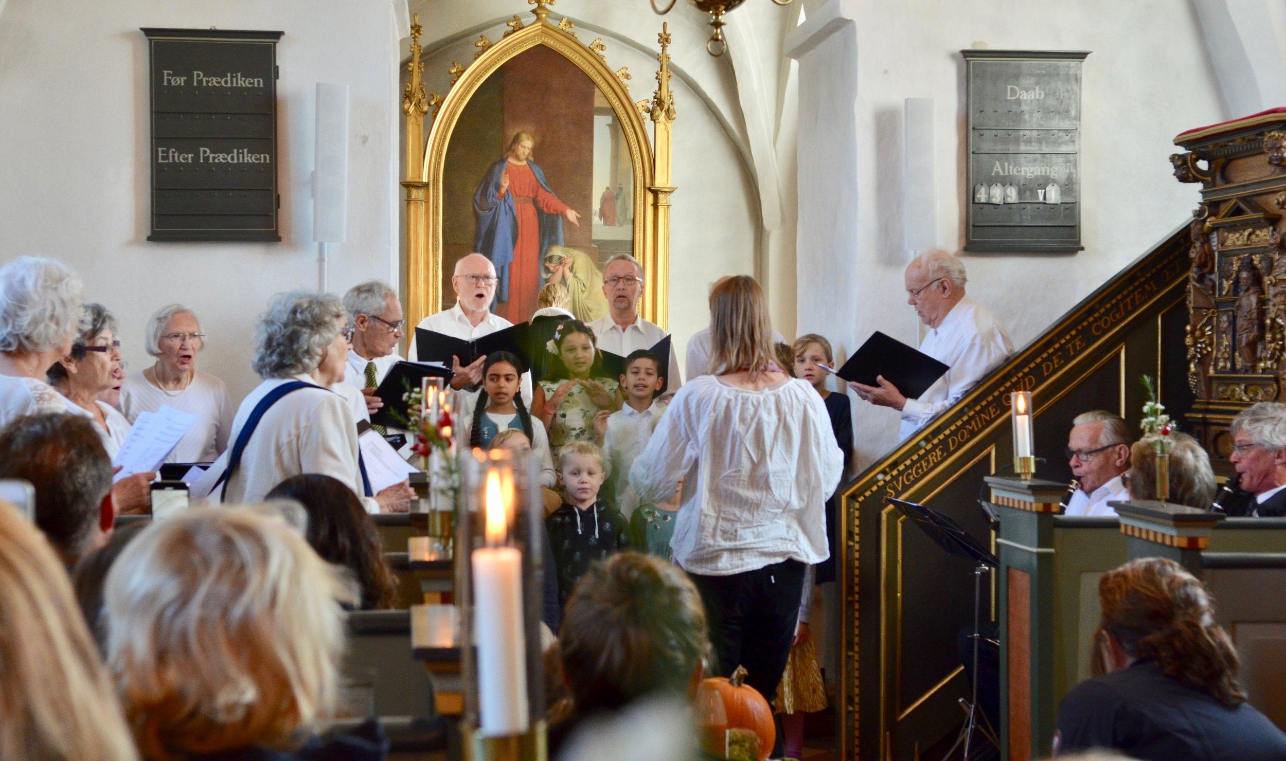 Både kirkens Voksenkor samt Børne- og Spirekoret medvirkede. Børnekoret frembragte flere sange så fint, at de efterfølgende fik stor applaus fra den begejstrede menighed. Foto: AOB