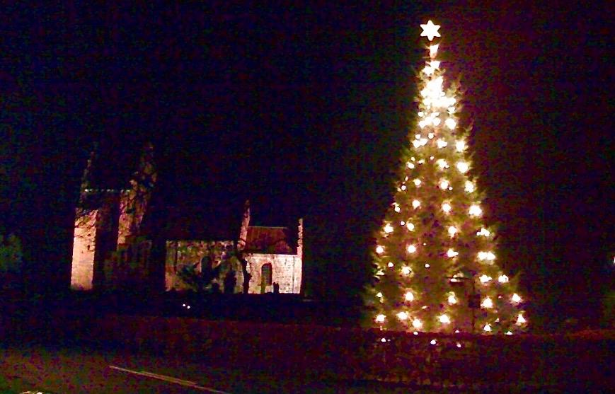 Der er - traditionen tro - juletræstænding og første søndag i advent den 2. december ved Blovstrød Kirke. Arkivfoto: AOB