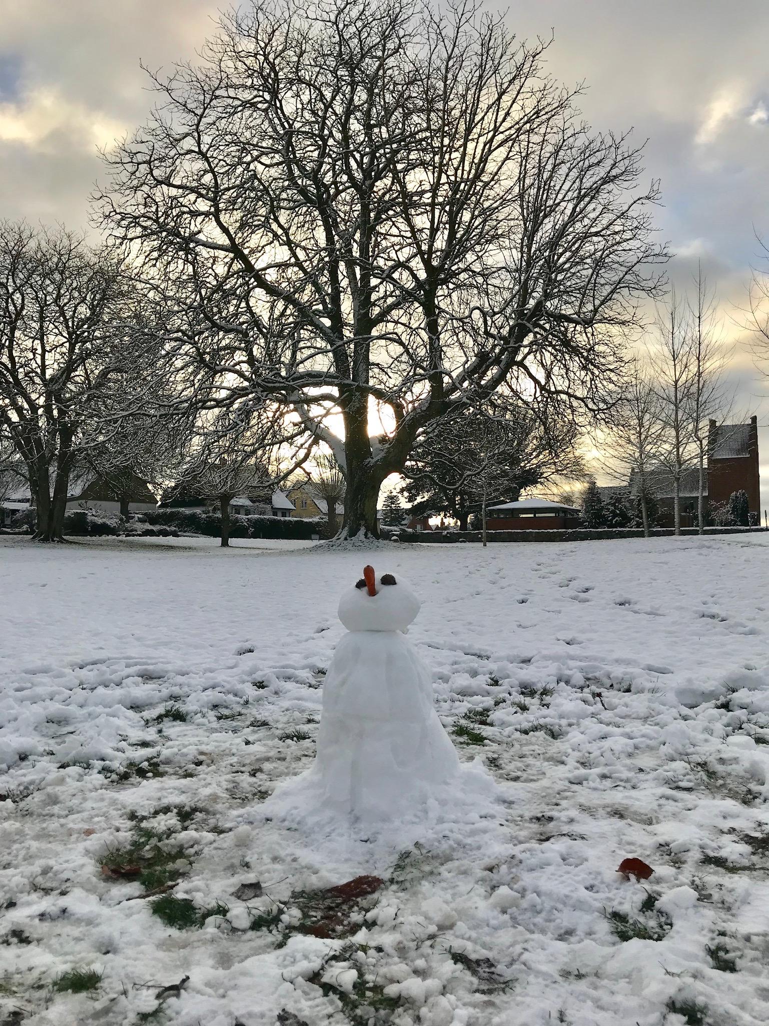 Snemanden holdt til i dag - og holder måske flere dage. Alle fotos er taget i dag - juleaftensdag - og indsendt af Sabrina Cornic