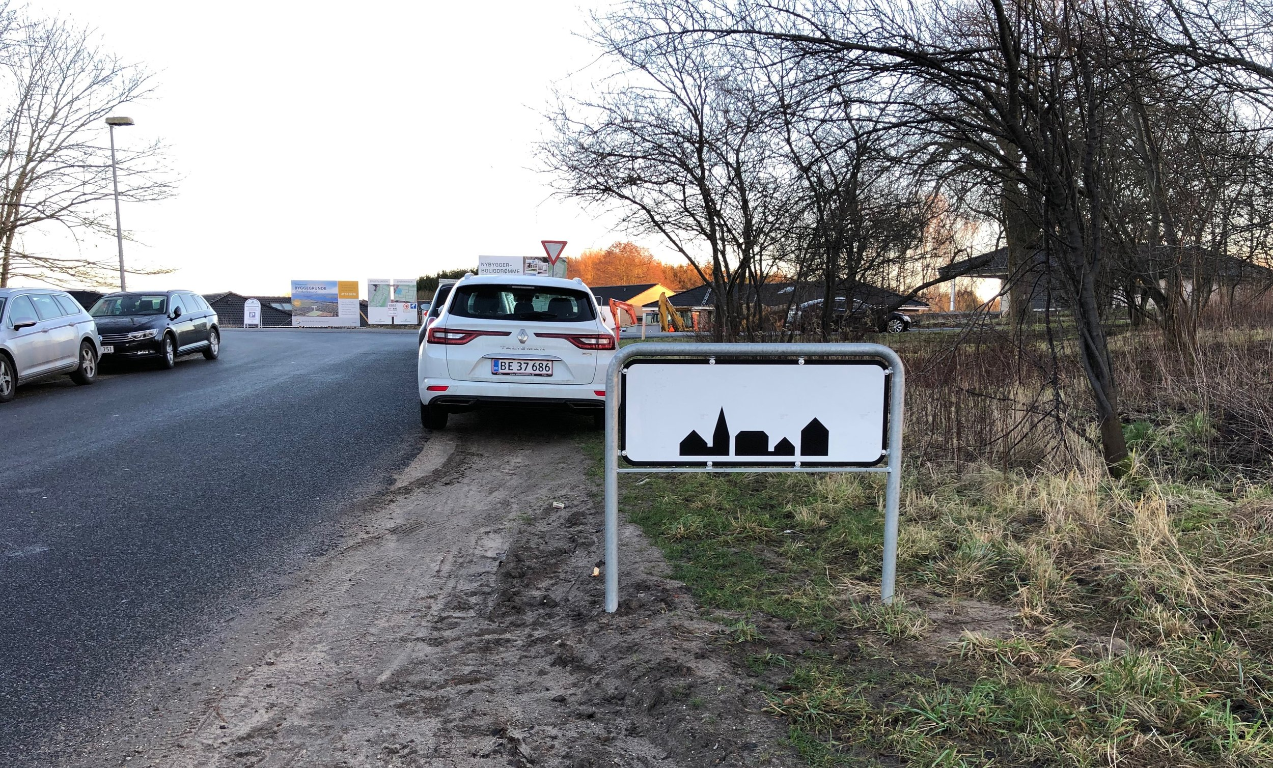 Byskiltet på Blovstrød Teglværksvej viser, at når man har kørt stærkt (80 km/t) på vejen, skal man nu sænke farten til de 50 km/t, idet man nu kommer ind i bymæssige bebyggelse. Det, der er galt er, at hastigheden på hele Blovstrød Teglværksvej er 80km/t, men burde være 50 km/t - lige som på Sortemosevej. Foto: AOB