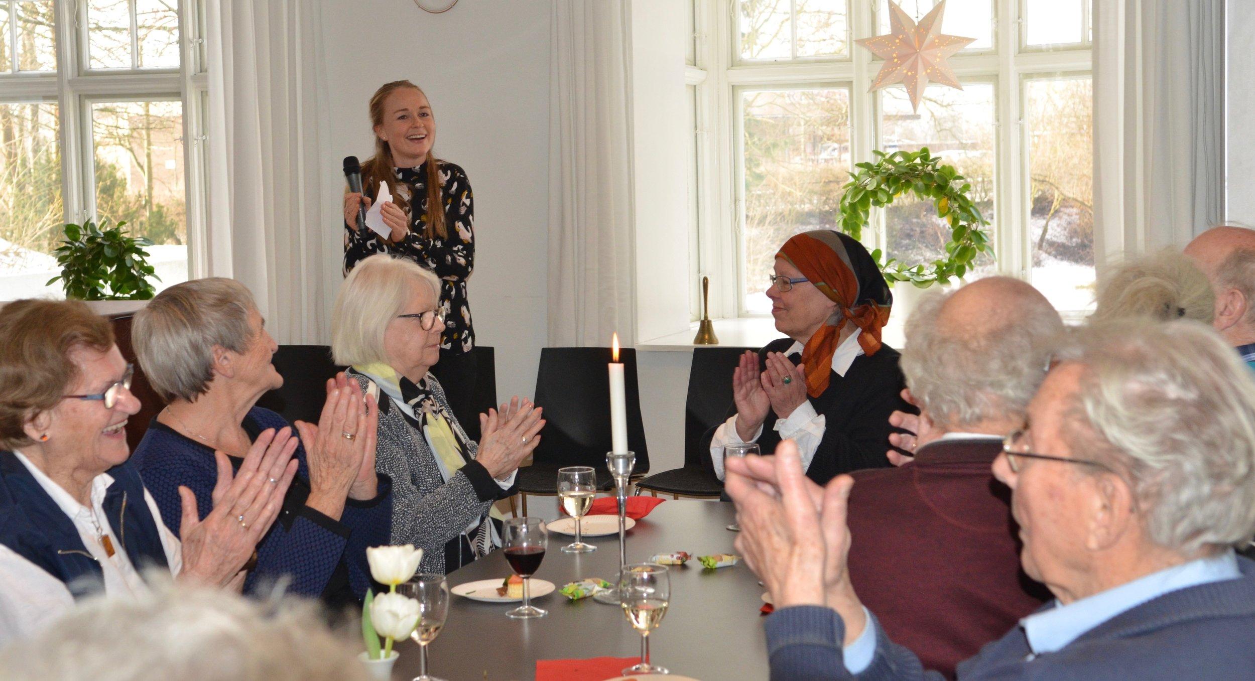 Også vores sognepræst Kristine K. Ravn - som pt. har barselsorlov - holdt tale og ønskede Mathias Harding tillykke og glædede sig meget til det kommende samarbejde. Foto: AOB